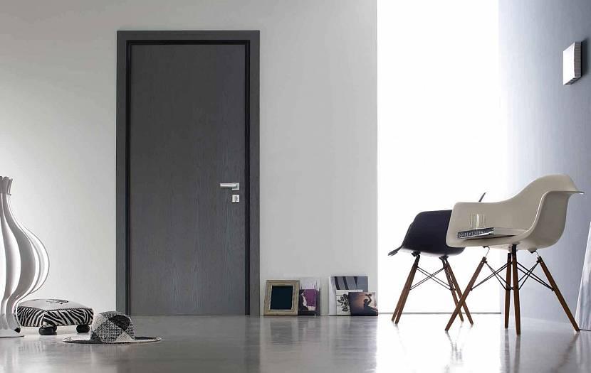 Темно-серая дверь