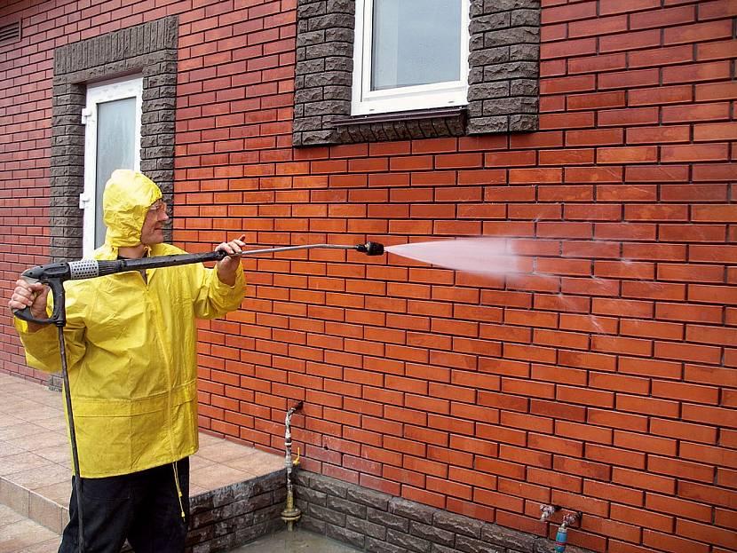 Обработка стены для очистки от высолов