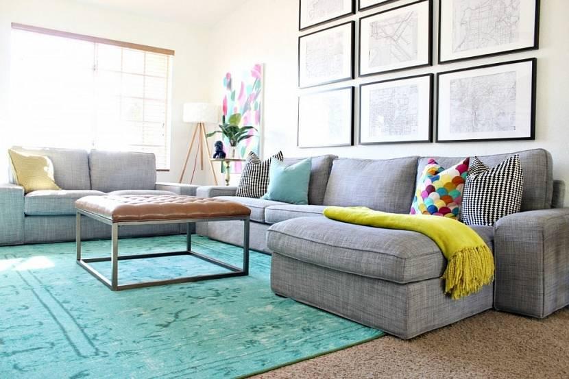 Серый диван с бирюзовым ковром