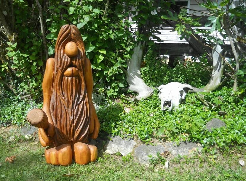 Фигура из дерева для сада