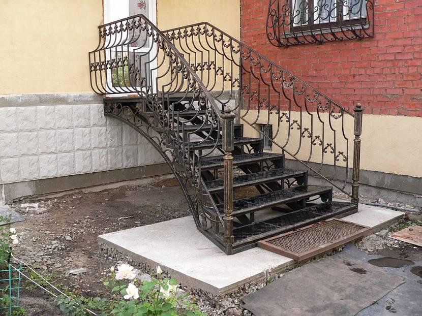 Входная лестница из металла