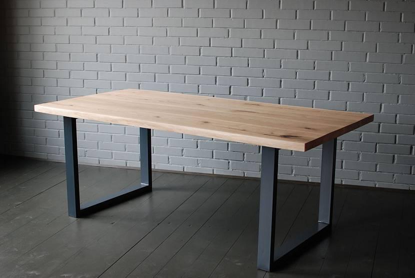 Небольшой деревянный стол в стиле лофт