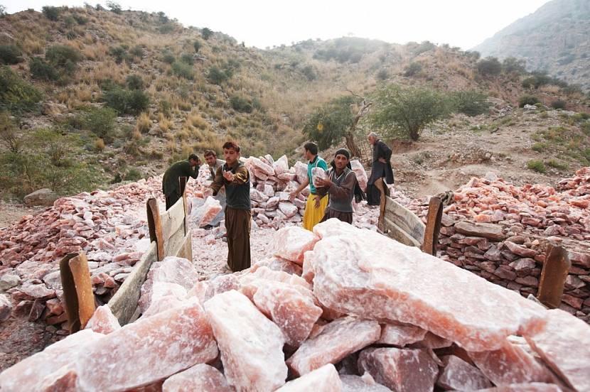 Погрузка розовой соли