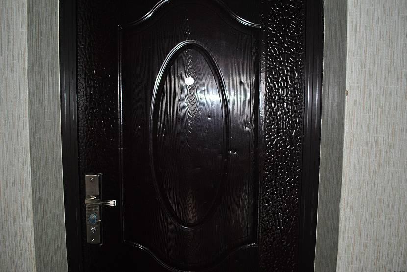 Прежде чем красить дверь, нужно ее выровнять
