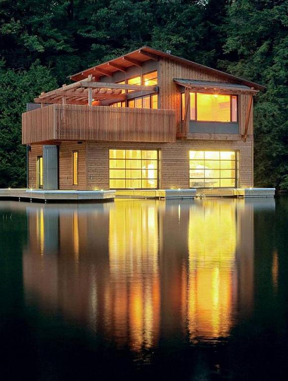 Деревянный дом над водой