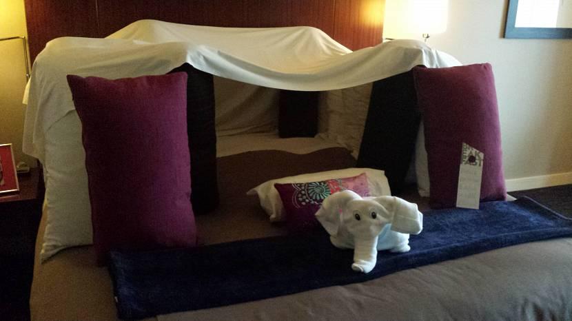 Детский шалаш из одеяла и подушек