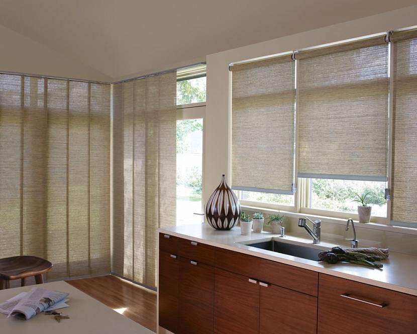 Бежевые рулонные шторы на кухне