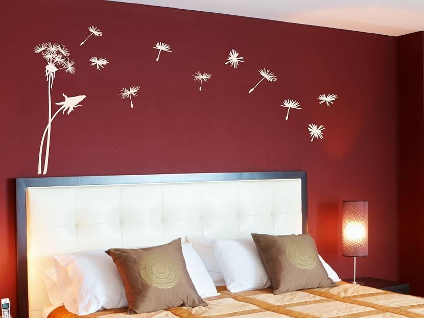 Светлая мебель в красной спальне