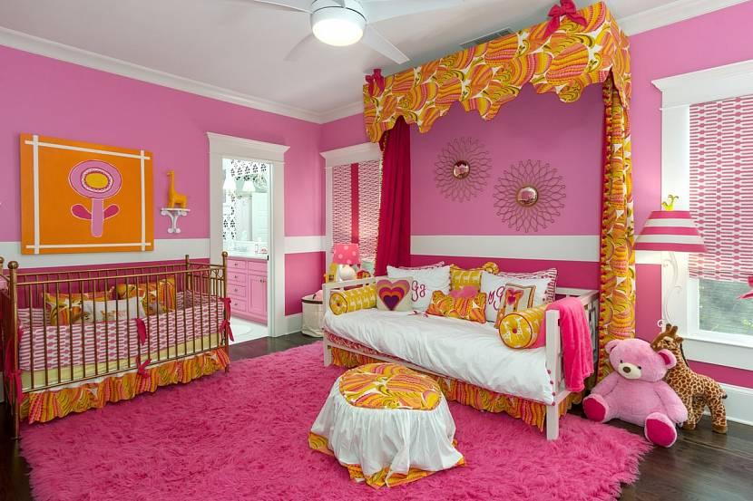 Детская комната с розовыми обоями