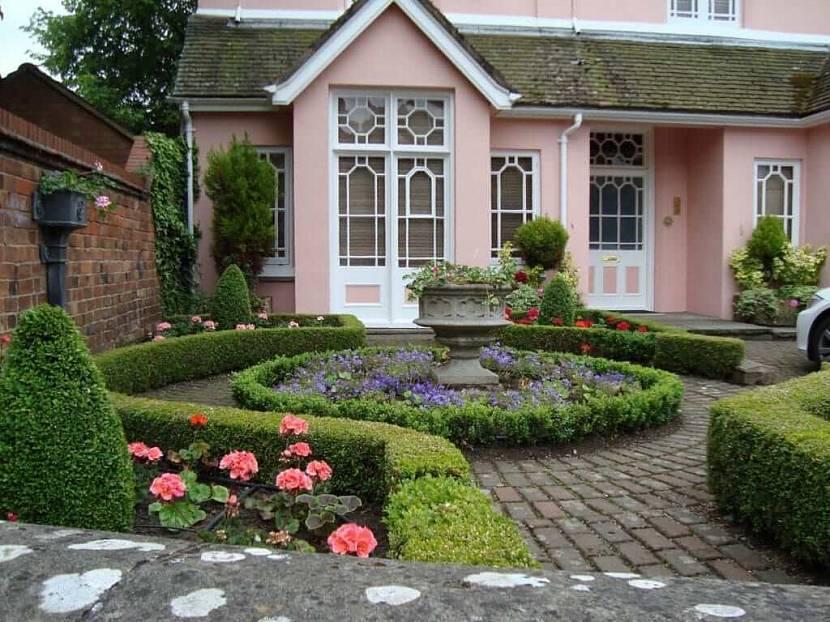 Сад частного дома в регулярном стиле