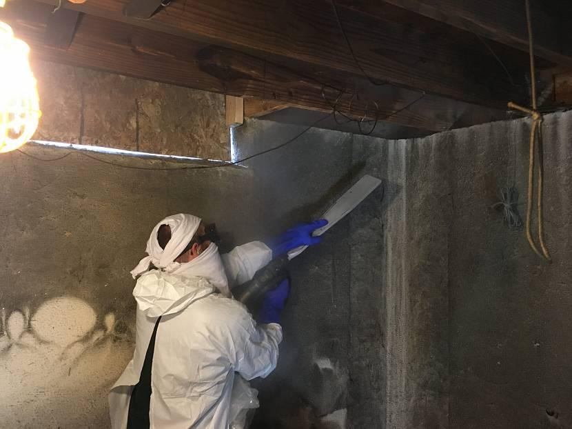 Очистка сажи с потолка