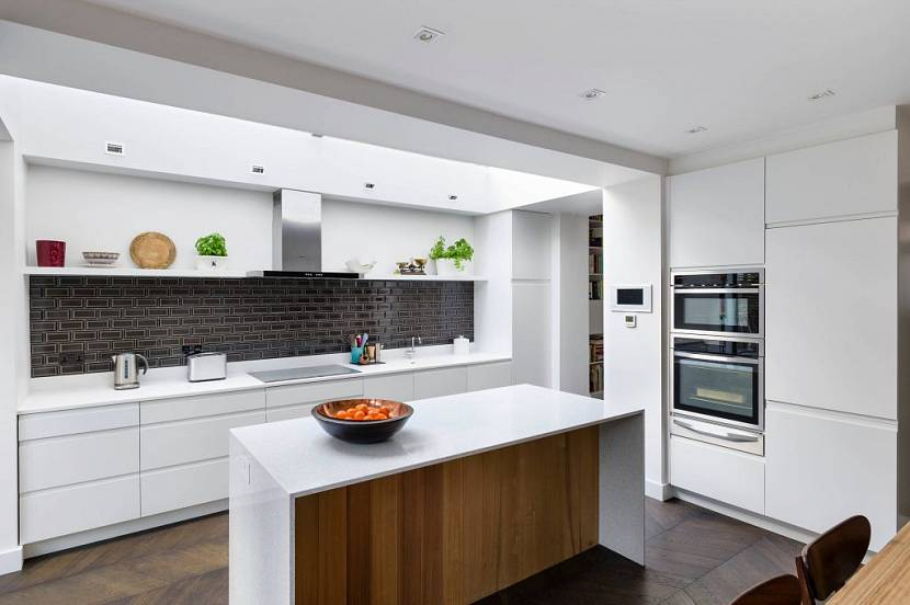 Современная кухня с черным рабочим фартуком