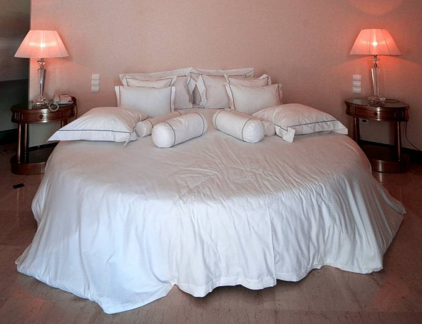 Круглая кровать с коллекцией подушек
