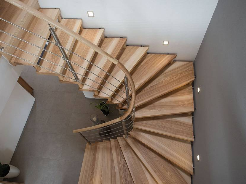 Поворотная крутая лестница