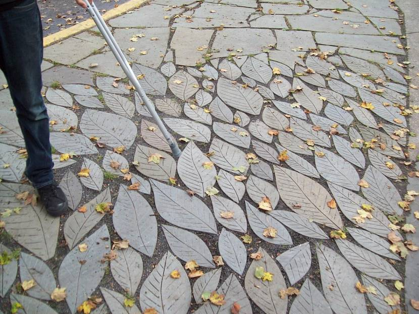 Дорожка из бетонных листьев
