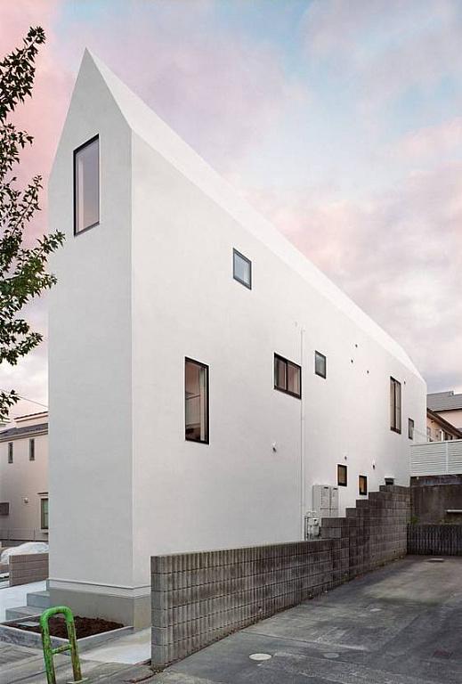 Белый плоский дом