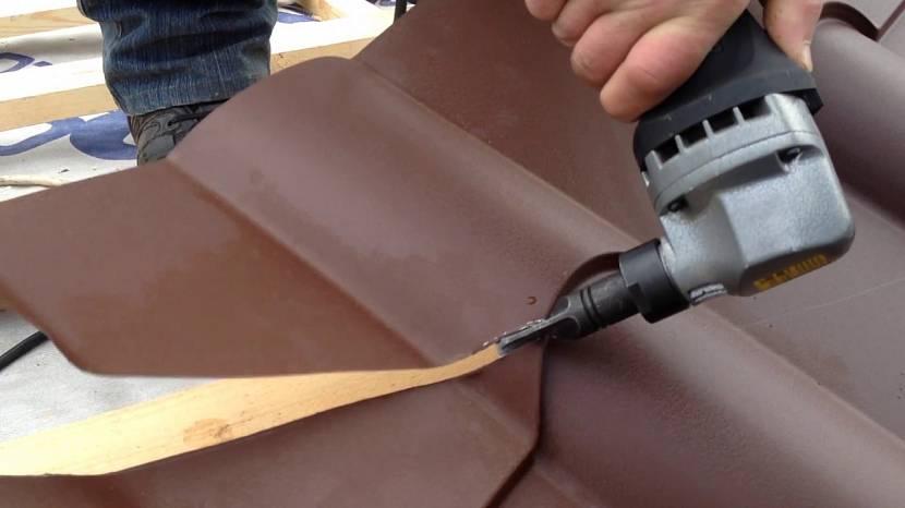 Раскрой металлочерепицы электрическими ножницами по металлу