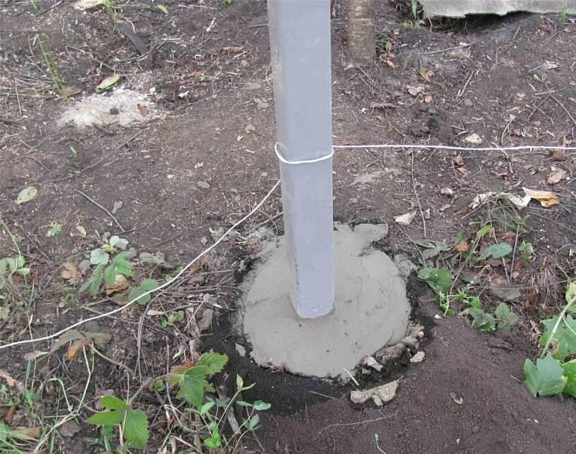 Бетонирование трубы под забор