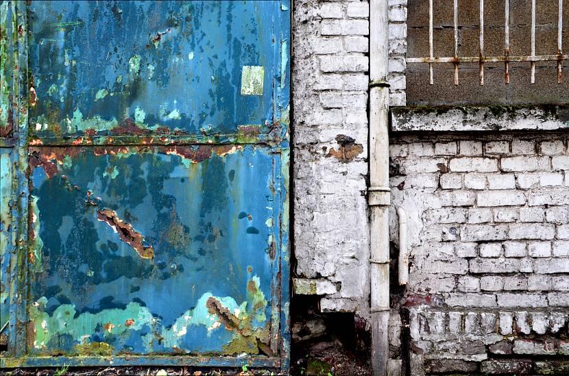 Для восстановления таких ворот краска не поможет