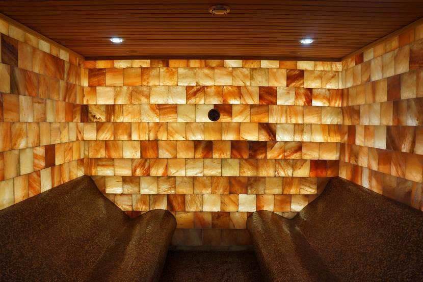 Стена, выложенная кирпичами из гималайской розовой соли
