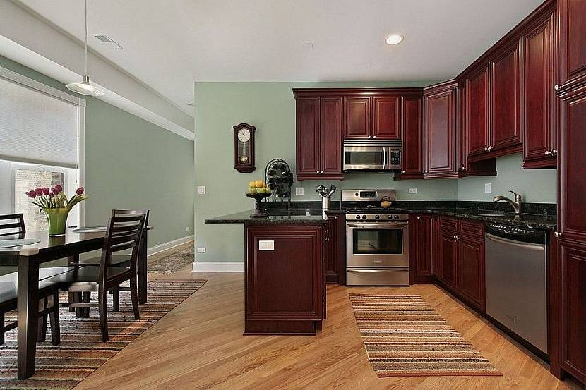 Темный гарнитур на кухне