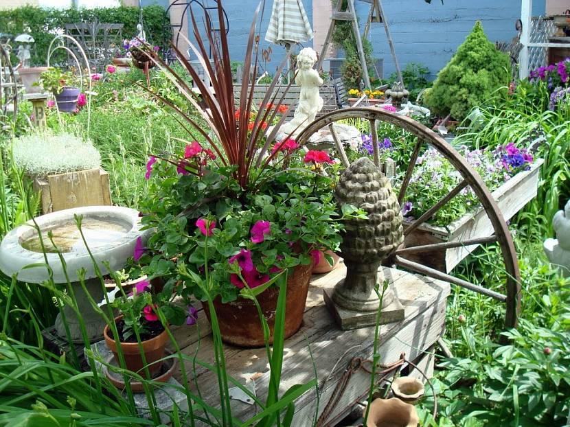 Красивое украшение старого стола цветами
