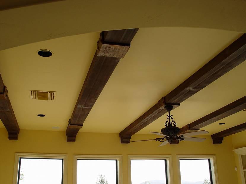 имитация балок на потолке фото видно, данном варианте