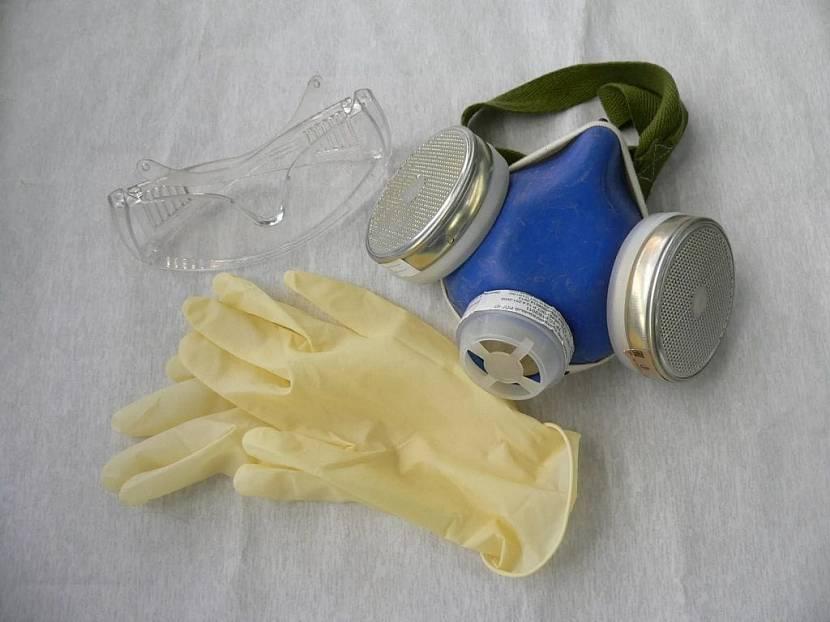 Респиратор, очки и перчатки