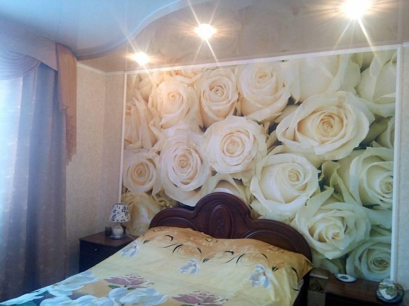 Фотообои за кроватью