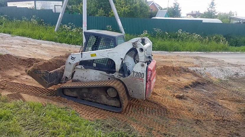 Для планировки участка потребуется тяжёлая строительная техника