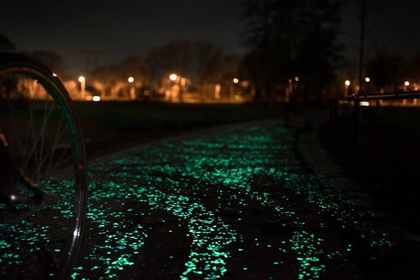 Светящиеся камни на тротуарной дорожке