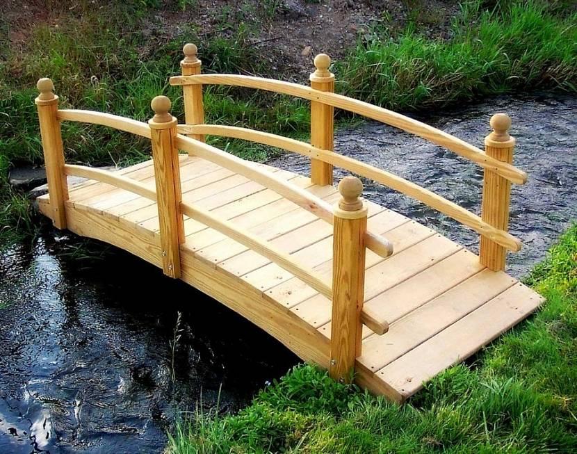 Простой деревянный мостик