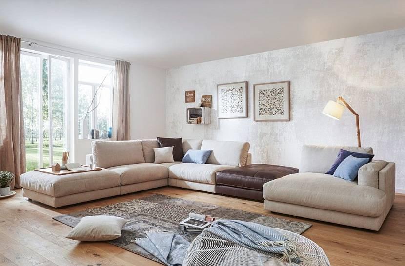 интерьер с бежевым диваном