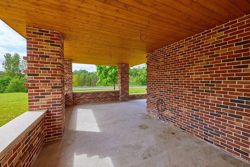 Облицовка стен такой террасы только разрушит целостный облик дома