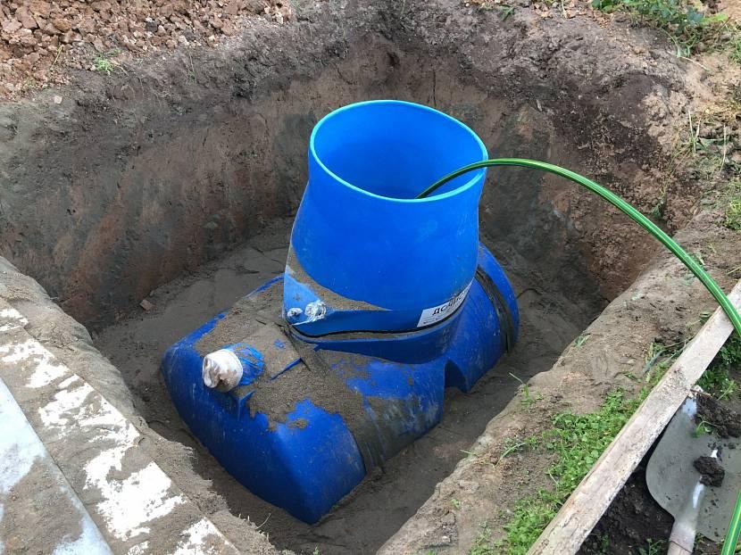 Монтаж пластмассовой ёмкости под выгребную яму