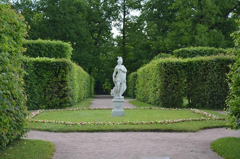 Статуя в регулярном саду