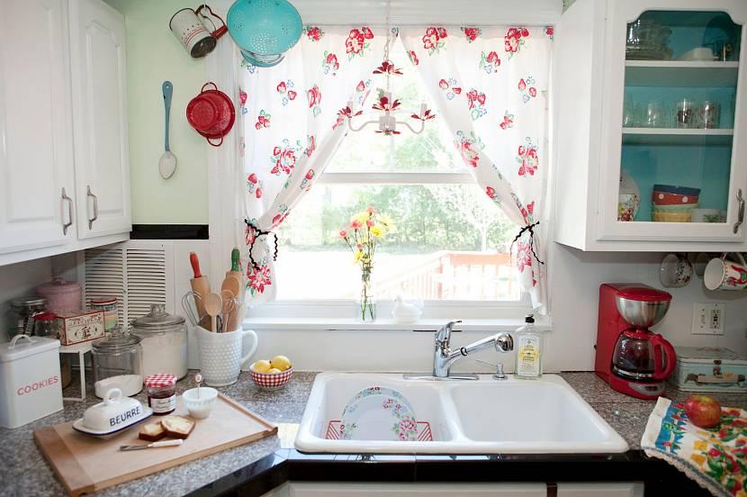 Легкие короткие шторы в стиле прованс