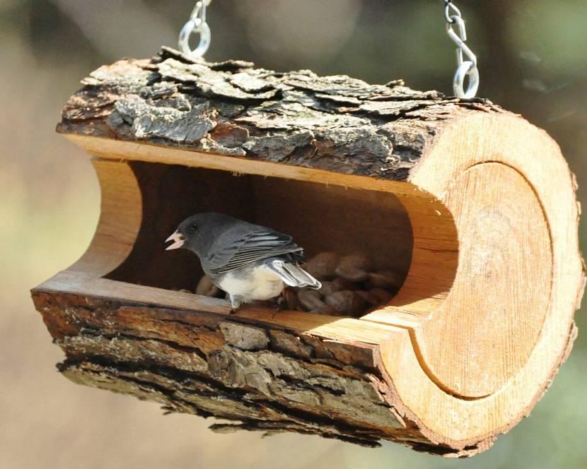 Кормушка из бревна для птиц