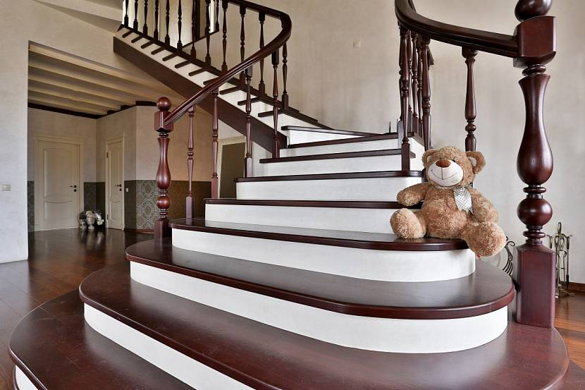Хорошо окрашенная лестница