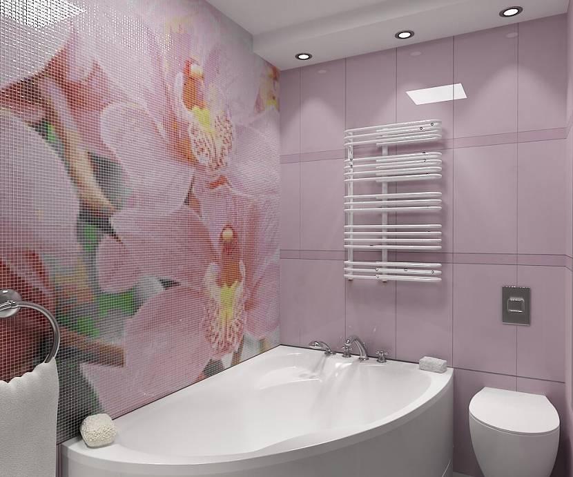 Панно на стене маленькой ванны из кафельной плитки