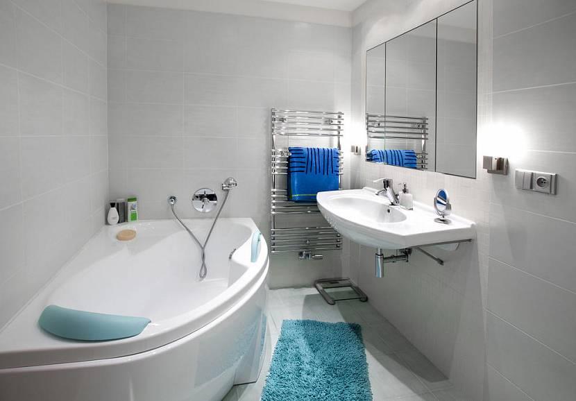Белая ванная с голубым текстилем