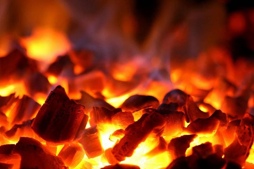 Сизые язычки пламени на углях