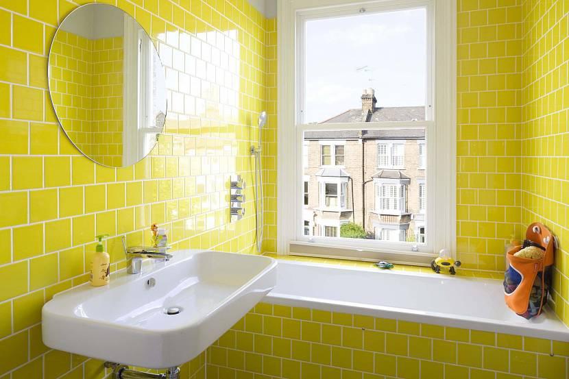 Желтые тона в отделке маленького помещения ванной комнаты