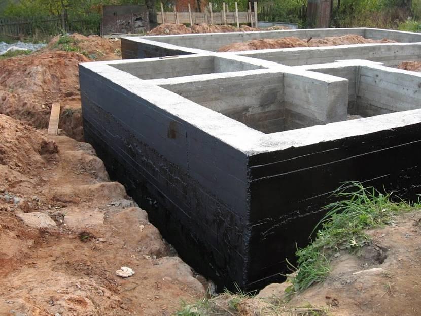 Гидроизоляция защищает бетон от разрушительного воздействия почвенной влаги