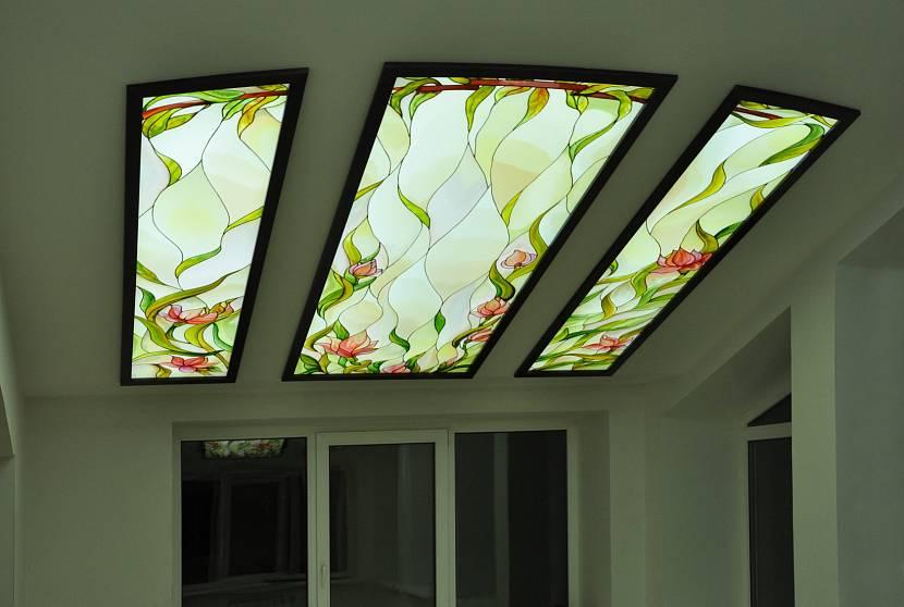 Нестандартное оформление потолка витражами