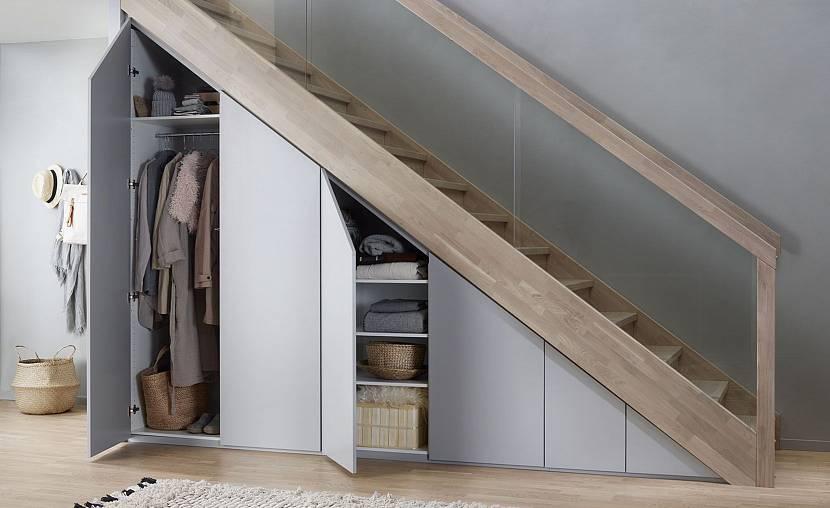 Встроенный шкаф с классическими дверцами