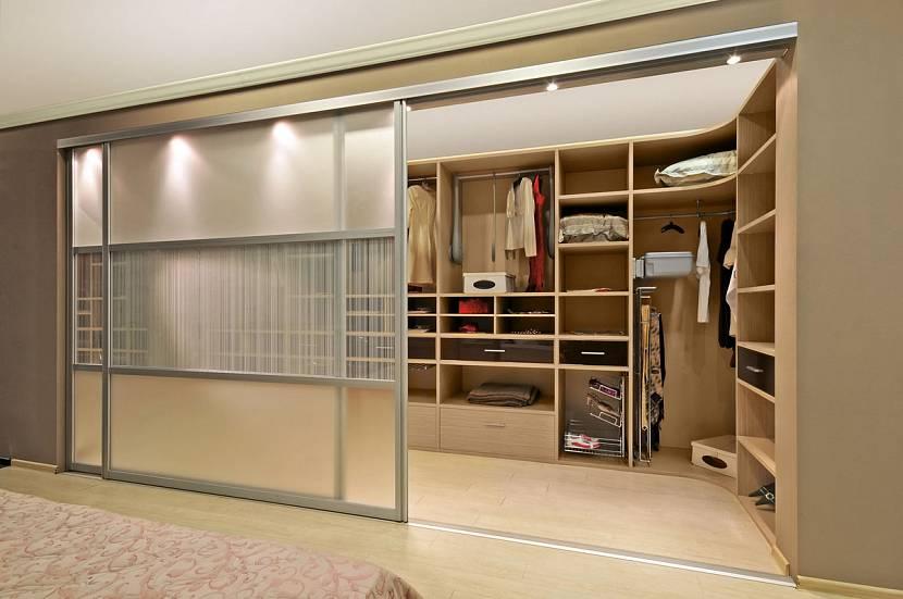 Встраиваемая гардеробная комната