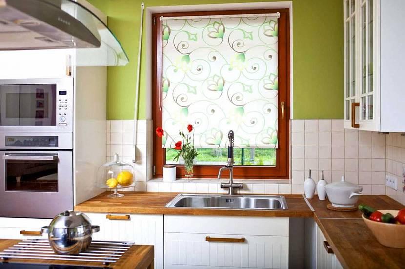 Зеленые рулонные шторы на кухню