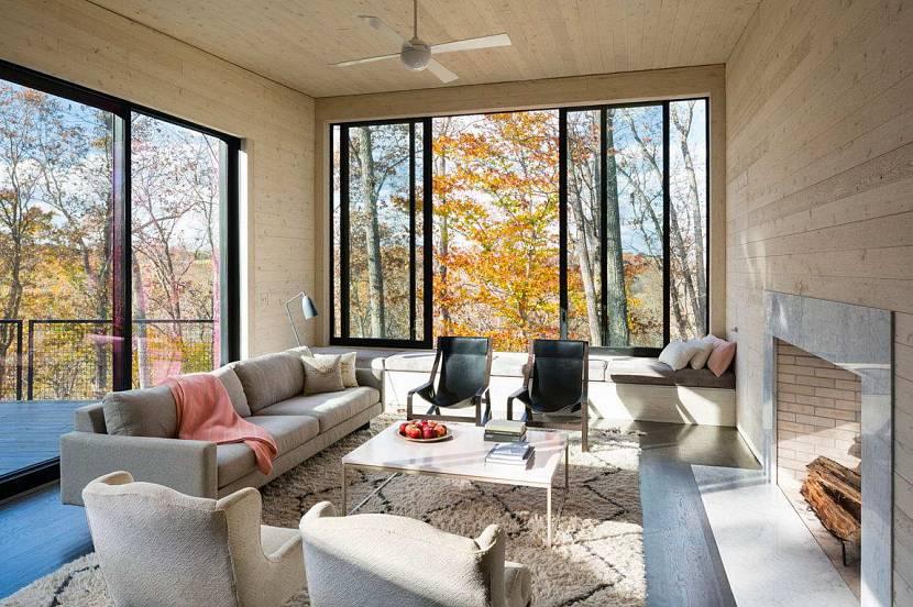 В закрытом помещении можно создать уютную домашнюю обстановку с коврами и мягкой мебелью