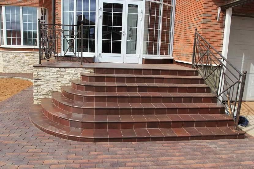 Керамическая плитка – один из самых популярных способов отделать бетонное крыльцо
